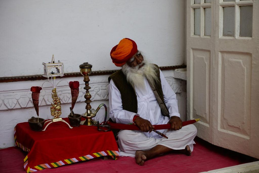 Hindus z fajką wodną